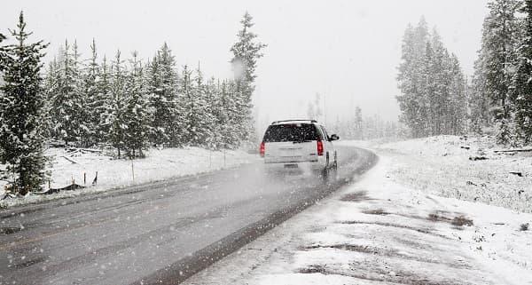 Come guidare sulla neve: 9 consigli per guidatori inesperti